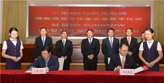▲박상진 삼성SDI 사장과 선그로우 차오런시엔 동사장이 합자사 설립을 위한 MOU에 서명을 하고 있다.