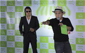 배우 김보성(왼쪽)이 소주 팝업스토어 '이슬포차'를 방문, 참이스으리데이라는 콘셉트로 고객과 함께 팬미팅 갖고 있다.