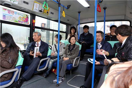 신연희 강남구청장과 간부들이 세곡동 버스를 타면서 주민들 교통 불편 사항을 듣고 있다.