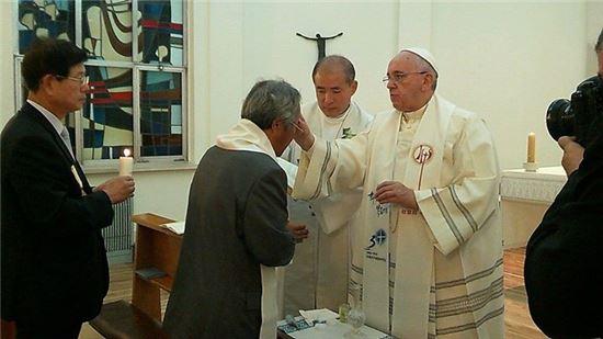 프란치스코 교황에게 세례받는 이호진씨
