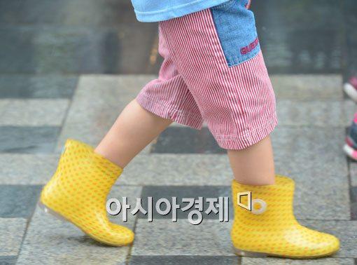 [포토]비오는 날 노란장화는 센스
