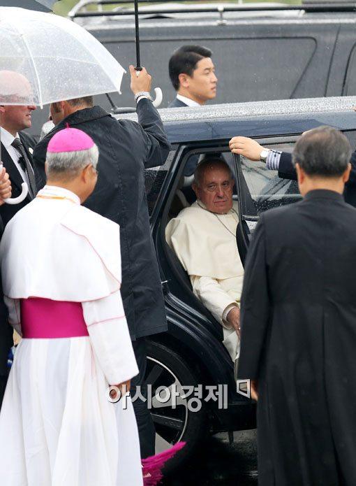 [포토]차에서 내리는 프란치스코 교황