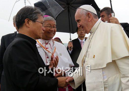 [포토]악수하는 프란치스코 교황