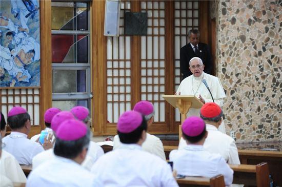 17일 오전 11시 프란치스코 교황이 충남 서산 해미성지에서 아시아주교들과 만나 연설하고 있다.