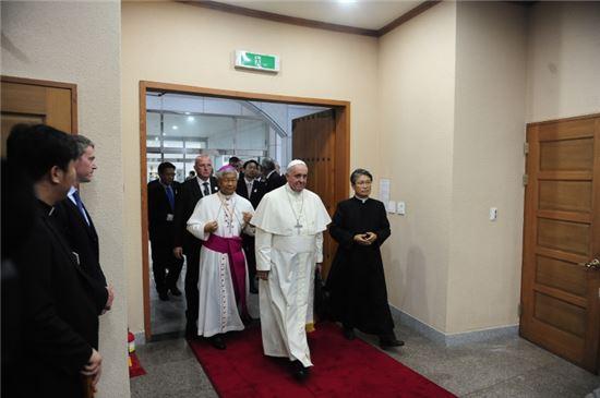 해미성지 소성당으로 들어오는 프란치스코 교황