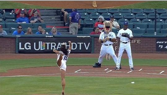 미스텍사스의 황당 시구가 화제다. (사진출처 = MLB.com 동영상 캡처)