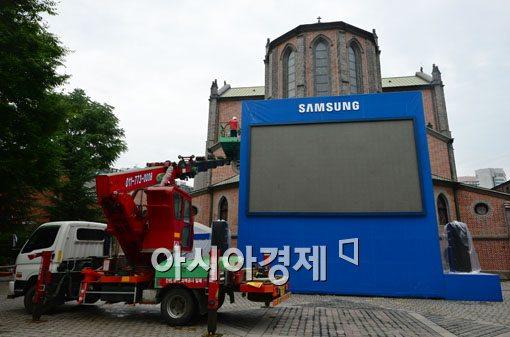[포토]대형 스크린 설치되는 명동성당