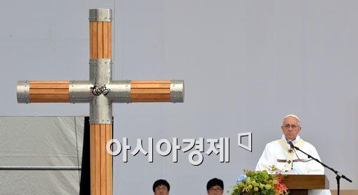 [포토]십자가 바라보는 프란치스코 교황