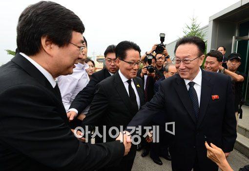 [포토]악수 건네는 김양건 노동당 통일전선부장 겸 대남담당 비서