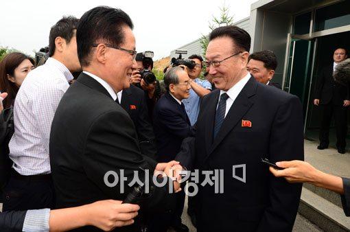[포토]악수하는 박지원 의원-김양건 노동당 통일전선부장