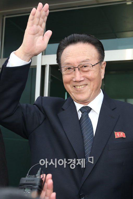 [포토]손 흔드는 김양건 노동당 통일전선부장