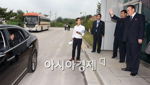 [포토]방북단 배웅하는 김양건 노동당 통일전선부장