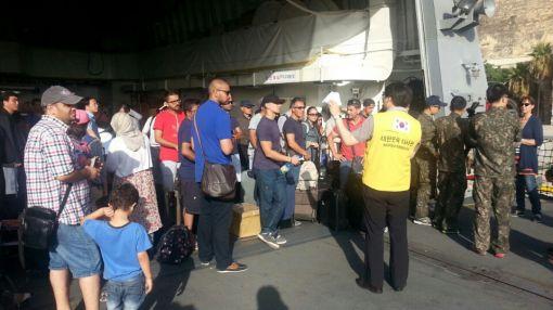 외국인을 태우고 몰타에 도착한 문무대왕함에서 우리 대사관 직원이 행동수칙을 설명하고 있다.사진제공=외교부