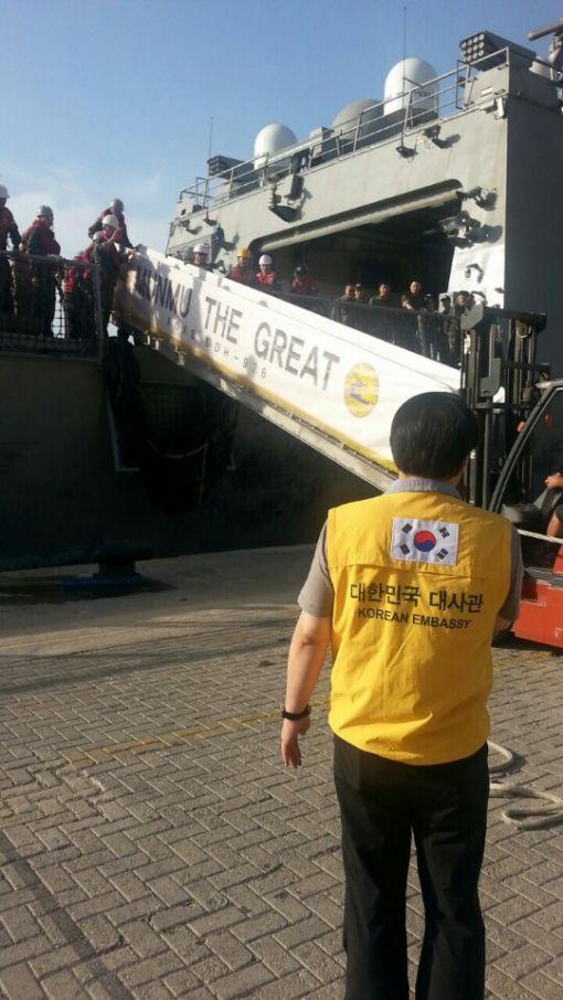 우리 문무대왕함을 타고 몰타로 철수한 외국인들이 대사관 직원의 안내에 따라 함정에서 내리고 있다.사진제공=외교부