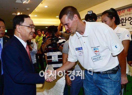 [포토]유라시아 대장정 참가자 격려하는 정홍원 총리