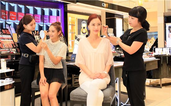 18일 오전 서울 중구 회현동에 위치한 신세계백화점 본점 화장품 코너에서 모델들이 가을에 맞는 아이(EYE) 메이크업 무료시연을 받고 있다.