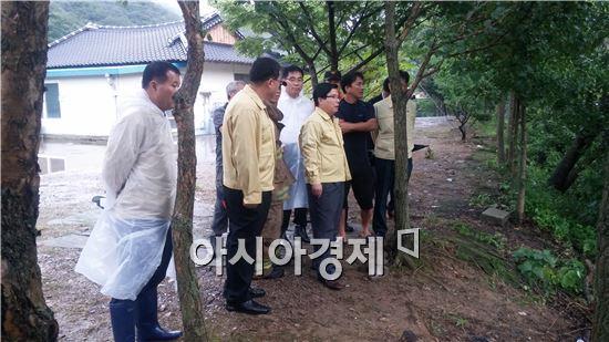 유두석 장성군수가 간밤에 내린 비로 피해를 입은 현장을 점검하고 주민들을 위로하는 시간을 가졌다.