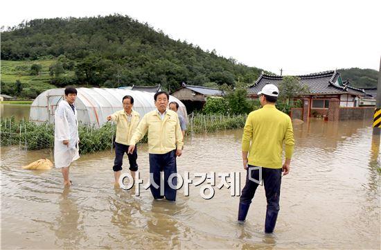 김준성 영광군수는 18일 폭우로 피해가 발생한 영광군 백수읍과 염산면을 찾아 현장점검을 실시하고, 주민 및 관계자와 피해복구 대책을 논의했다.