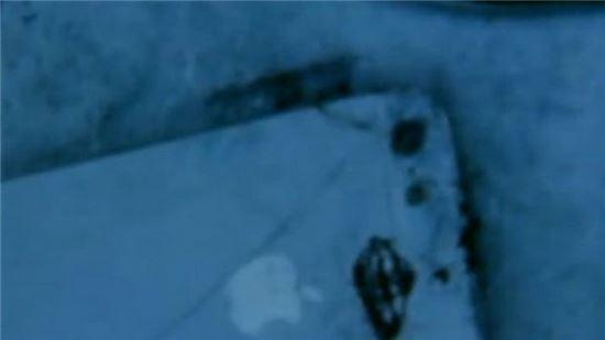 사고 당시 한 승객이 촬영한 불에 그을린 아이폰5의 모습.
