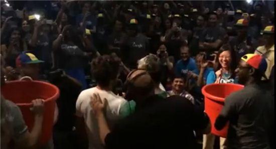 구글 공동 창업자 래리 페이지와 세르게이 브린. 얼음물 샤워. (사진:유투브 영상 캡처)