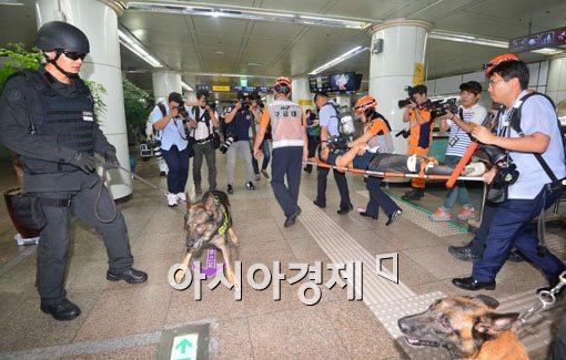 [포토]부상자 이송 후 폭발물 탐지견 투입