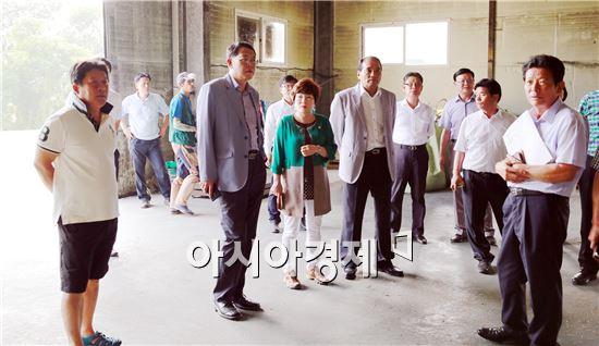 곡성군의회 의원들이 장흥군 정남진농협 퇴비공장 방문해 설명을 듣고있다.