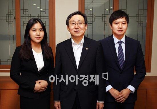 19일 서울 산업통상자원부에서 문재도 차관(가운데)과 함께 포즈를 취한 민진아(왼쪽), 전호성 학생