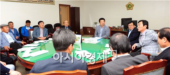 순천시의회 김병권 의장은 19일 시의회 의장실에서 역대 의장단과 함께 간담회를 가졌다.