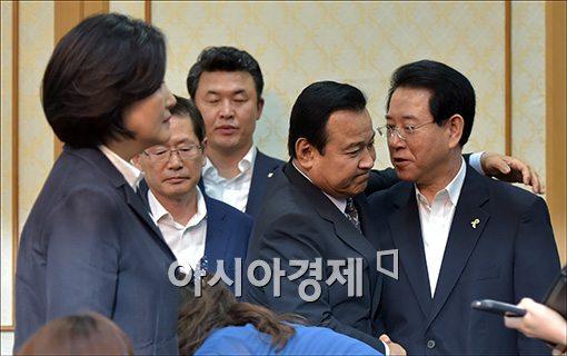 [포토]김영록 새정치 원내부대표 안아주는 이완구