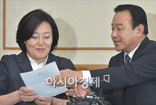 """[포토]""""박 대표님이 발표하세요"""""""