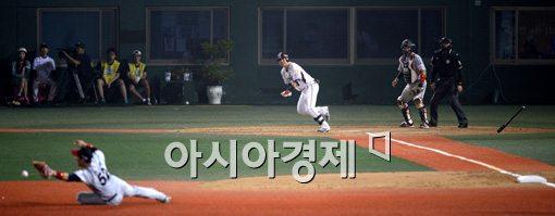 [포토]김민성, '3루수는 잡을 수 없는 안타야!'