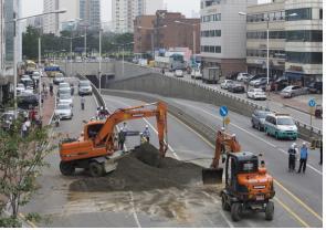 도로위의 싱크홀 보수작업