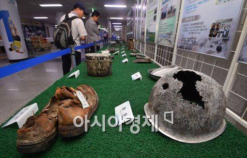 [포토]유해발굴단이 찾은 깨진 철모