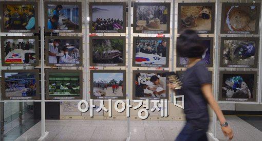 [포토]지하철역에서 열린 유해발굴단 사진전시회