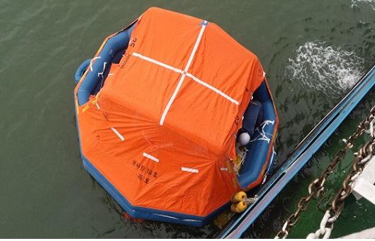 <목포항만청은 국고여객선 구명뗏목을 바다에 던져 작동 여부를 확인했다. 목포항만청은 14척의 구명뗏목을 전수조사한 결과, 아무런 이상이 없었다고 밝혔다.>
