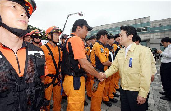 남경필 경기도지사가 을지훈련 중인 소방관들을 격려하고 있다.