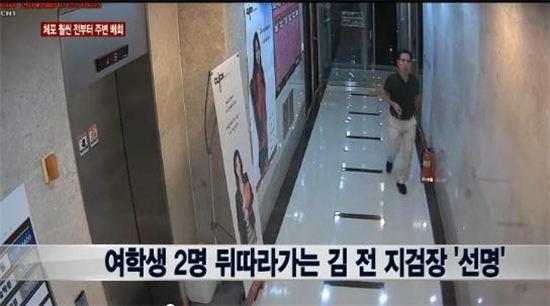 CCTV에 포착된 김수창 전 제주지검장(사진출처 = 뉴스Y 캡처)