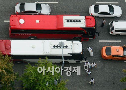 [포토]민방위 훈련에 버스 밖으로 대피중