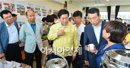 고창군(군수 박우정)은 지난 19일 농업기술센터에서 정읍·고창 26개 공동체 100여명이 참석한 가운데 창업공동체 1단계(뿌리) 발표대회를 개최, 총 5개 팀을 선정했다.