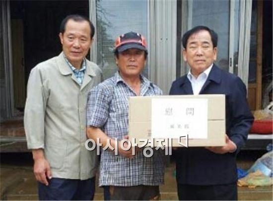 김준성 영광군수(맨오른쪽)가 폭우피해 이재민 위문 방문을 했다.