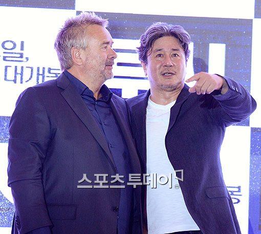 '루시' 감독 뤽 베송(왼쪽)과 최민식