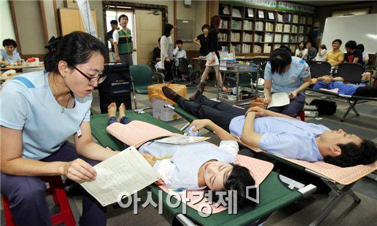 여름방학을 맞아 혈액 부족현상이 예상되는 가운데 21일 광주 북구 보건소가 을지훈련 기간을 이용해 북구청 별관 회의실에서 공무원들과 주민들을 대상으로 헌혈 캠페인을 실시, 직원들이 헌혈을 하고 있다. 사진제공=광주시 북구