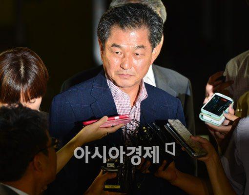 [포토]신학용 의원, 법리다툼의 여지로 구속영장 기각