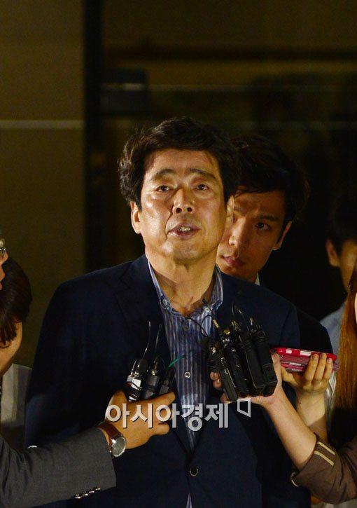 [포토]구속영장 기각된 신계륜 새정치민주연합 의원