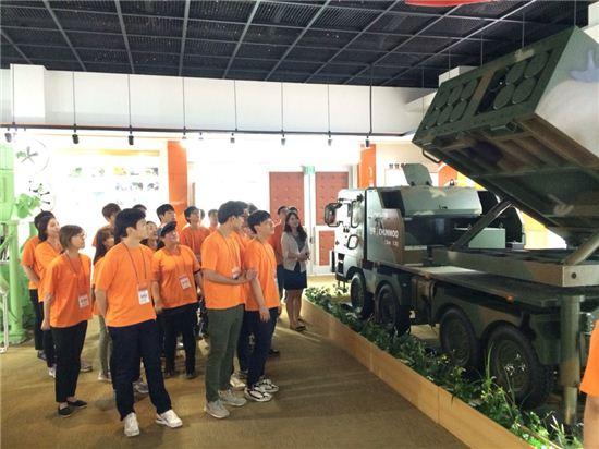 (주)한화 방산부문 대학생 체험단 2기 단원들은 지난 21일 대전사업장을 방문해 사업장을 견학하고 제품에 대한 설명을 들었다.
