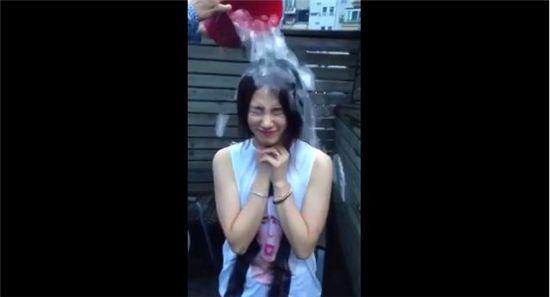 '아이스버킷 챌린지'에 참여한 수지[사진출처 = 유튜브 영상 캡처]