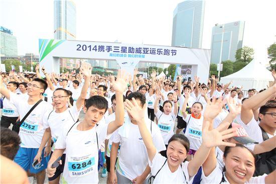 ▲23일(현지시간) 중국 광저우 텐허스포츠센터에서 열린 인천아시안게임의 성공적 개최를 기원하는 '프라이드 릴레이'행사에 참여한 8000여명의 시민들이 3.5Km 달리기를 준비하고 있다.