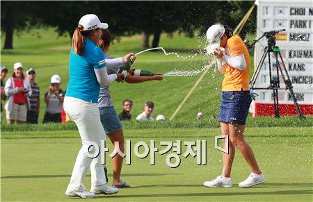 유소연(오른쪽)이 캐나다퍼시픽여자오픈 우승을 확정짓자 박인비(왼쪽)와 김인경이 달려나와 샴페인을 뿌리며 축하하고 있다. 런던(캐나다 온타리오주)=Getty images/멀티비츠
