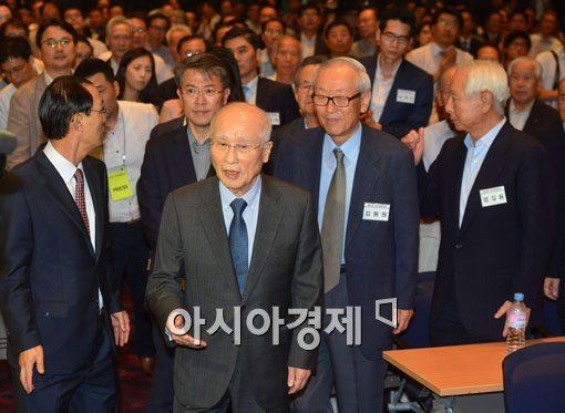 김우중이 전 대우그룹 회장이 지난 8월26일 서울 여의도 중소기업중앙회에서 열린 대우포럼장에 입장하고 있다. 이날은 대우그룹이 워크아웃에 들어간 날이다.