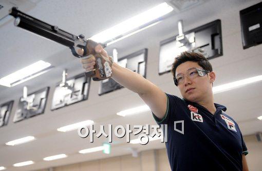"""[인천AG]진종오, 50m 권총 7위 탈락 """"은퇴하지 말라는 계시로 알겠다"""""""